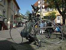 Monumento a Bertha Benz en Wiesloch, donde paró a comprar combustible (ligroína) en una farmacia y, por tanto, convirtiendo a esta población en la primera estación de repostaje de la historia.